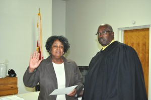 Incoming White Hall Mayor Elizabeth Davis takes the oat of office from Lowndes County Probate Judge John Huletee. Fred Guarino/Lowndes Signal.